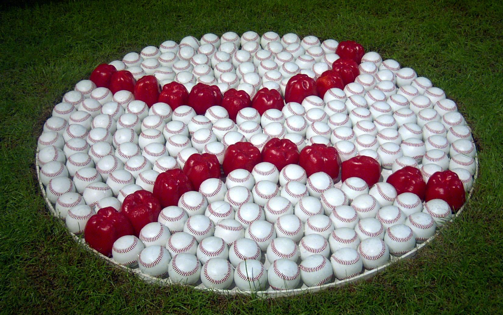 野球ボールと唐辛子を使って巨大な野球ボールを作るアート