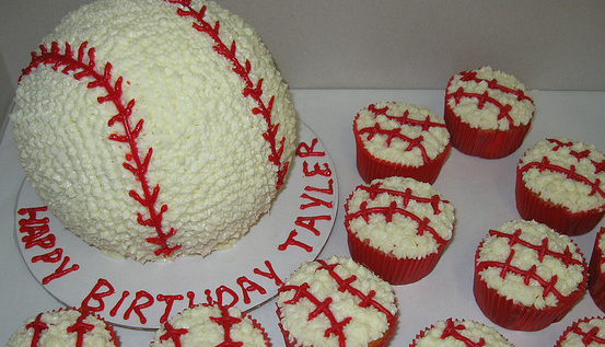 凄い!立体的な野球ボールのケーキ!
