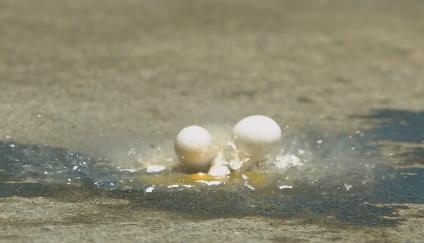 高い所からタマゴとかコーラーを落とし衝突する瞬間のスローモーション動画