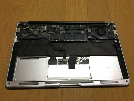 Macbook airバッテリーを外した状態